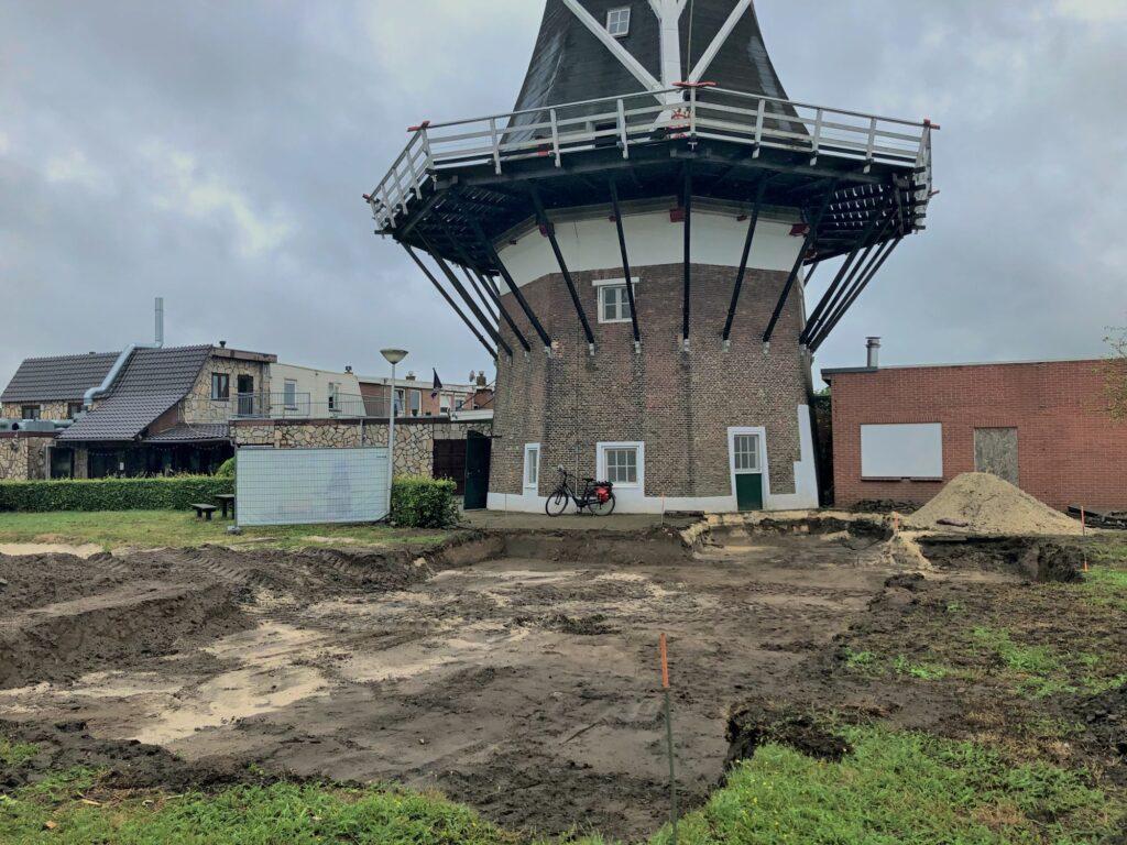 De plek waar de molenschuur moet komen is uitgegraven